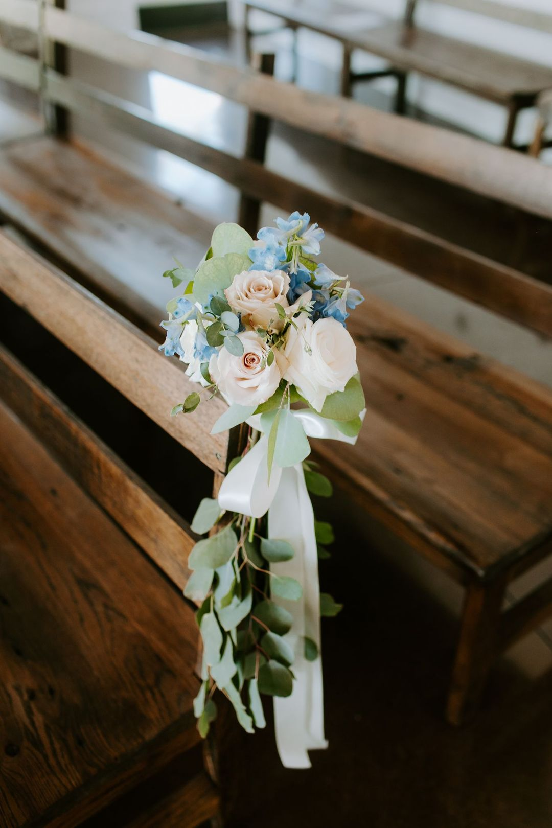 white and blue wedding, flower along the wedding aisle by Enchanted Florist